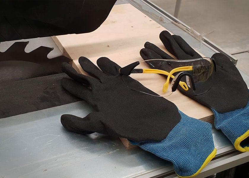 Zur Schutzausrüstung für deine Tischkreissäge zählen eine Schutzbrille und ein Spanschutz.