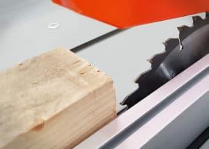 Für Bauholz nimmst du am besten ein Kreissägeblatt mit groben und wenigen Zähnen für einen schnellen Schnitt.