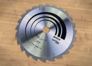 Das 24 zahnige Kreissägeblatt Bosch Wood Optiline eignet sich wunderbar für grobes Holz.