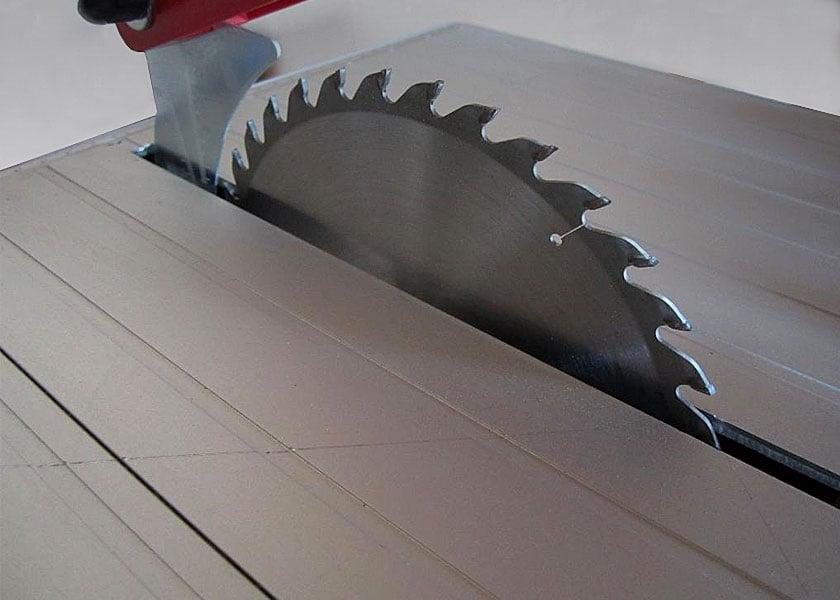Die Mafell Erika 85 Tischkreissäge hat eine praktische Unterflurfunktion, mit der du das Sägeblatt durch das Werkstück ziehst.