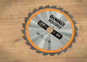 Das DeWalt Bau-Kreissägeblatt eignet sich als nagelfestes Produkt vorzüglich für Holz mit Eisendurchdringung.