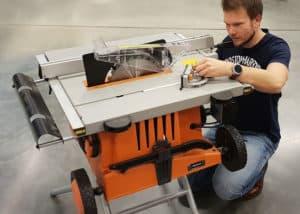 Die AEG TK250 Tischkreissäge lässt sich bei uns im Test recht schnell montieren und in Betrieb nehmen.