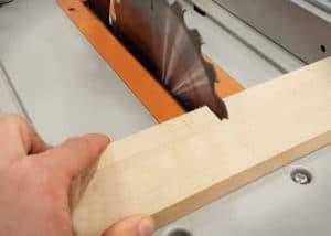 Im Sägetest kann die AEG TK250 Tischkreissäge mit sauberer Schnittkante und guter Werkstückführung überzeugen.