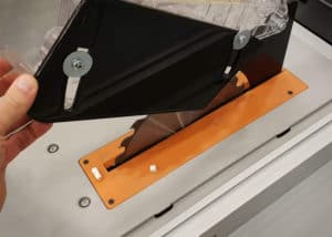 Die Sägeblattabdeckung der AEG TK250 Tischkreissäge erweist sich im Test als etwas optimierungsbedürftig.