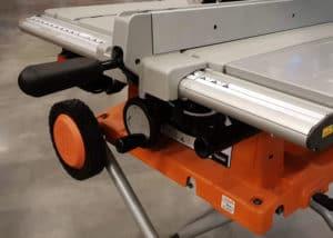 Die AEG TK250 Tischkreissäge verfolgt mit ihrem klappbaren Untergestell ein interessantes Mobilitätskonzept.