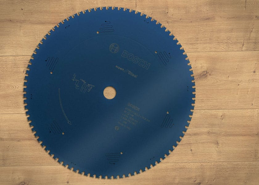 Das Kreissägeblatt Bosch Expert für Stahl ist mit seinen besonders gehärteten und flachen Zähnen hervorragend für Metallplatten und Stahlprofile geeignet.