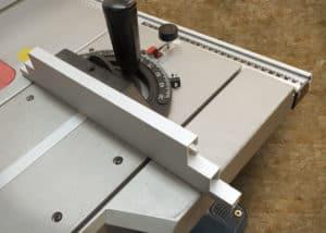 Der Queranschlag der Bosch GTS10 XC hätte gerne etwas größer und stabiler sein können.